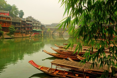 boasting: riverside built diaojiao lou, peng chuan, boasting the Tuo river are phoenix landscape elements, green mountains, trees, green water, green walls