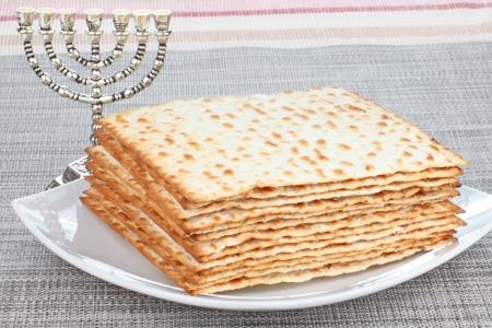 yiddish: Primo piano del Matzah a tavola che � il pane azzimo servito a cene Pasqua ebraica Archivio Fotografico