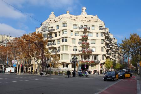 カサ ・ ミラ、カサ ・ ミラは、バルセロナのアントニ ・ ガウディによって設計されたとしてよく知られているのバルセロナ、スペイン - 2015 年 12