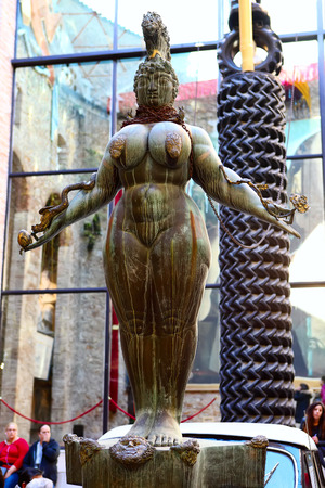 Figueres, Spagna-dicembre 9, 2015: Dettagli dal all'interno del famoso museo e il teatro di Salvador Dalì nella sua città natale di Figueres, in Catalogna, Spagna.