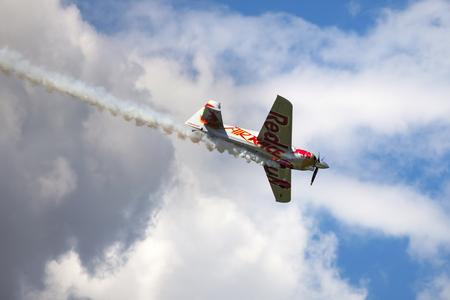BUDAPEST, UNGHERIA - 23 GIUGNO 2018: Light Sport Aircraft sorvola il fiume Danubio, durante un'apertura per lo spettacolo aereo pubblico nella città di Budapest. Editoriali