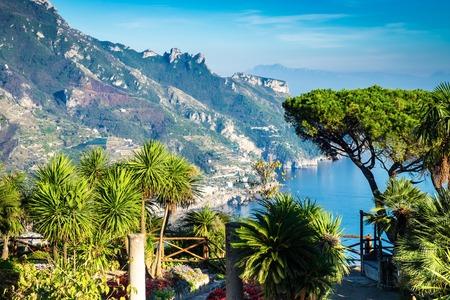 Romantic walkway and ornamental garden with colorful flowers, Villa Rufolo, Ravello, Amalfi coast, Italy, Europe Stockfoto