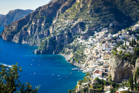 Best resorts of Italy with old colorful villas on the steep slope, numerous yachts and boats in harbor along the coast, Positano. Banque d'images - 113972841