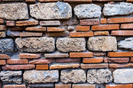 Vecchio e antico muro di mattoni. Sfondo trama grunge
