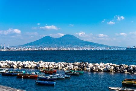 Golfo de Nápoles con barcos de pesca de madera y el Vesuvio al fondo, Italia Foto de archivo