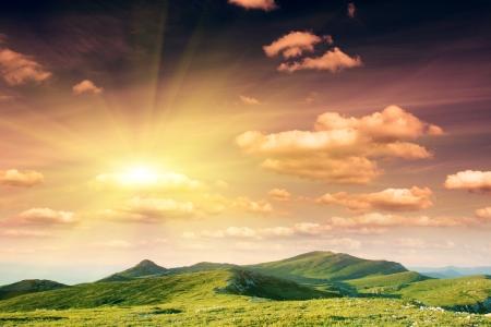 wschód słońca: Krajobraz z górami w poranne niebo z chmurami
