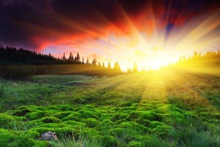 山の風景の中の雄大な夕日。HDR 画像