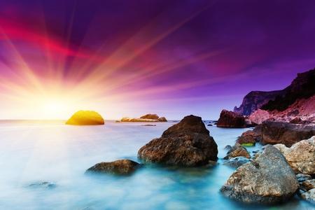 Puesta de sol de verano hermosa sobre el mar. Imagen HDR Foto de archivo