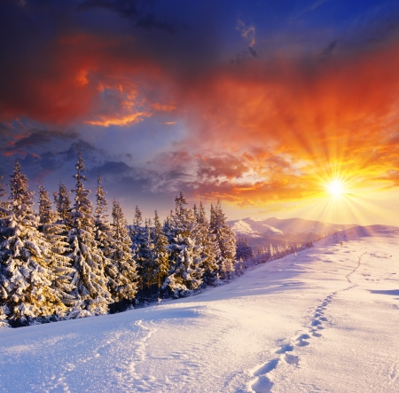 montañas nevadas: majestuoso atardecer en el paisaje de montaña invierno