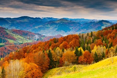 paisajes: el paisaje de oto�o de monta�a con bosque de colores Foto de archivo