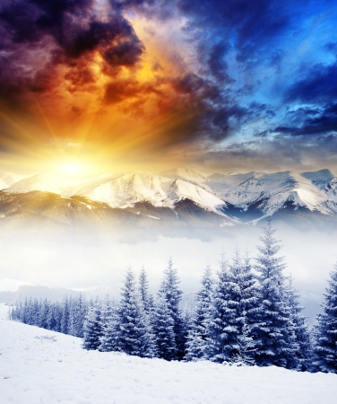 blizzard: Majestic Sonnenuntergang im Winter, Berge, Landschaft. Dramatische Himmel. Lizenzfreie Bilder