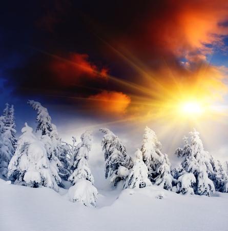montañas nevadas: Puesta de sol en el cielo majestuoso paisaje del invierno montañas Dramático
