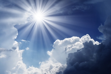himlen: Mulet himmel före stormen. Mörka olycksbådande moln.