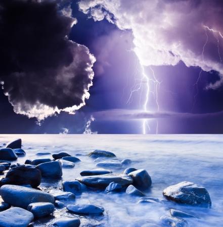 uğursuz: Karanlık uğursuz bulutlar. Yıldırım ile başlayan Yaz fırtına Stok Fotoğraf