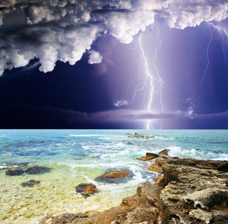 zomerstorm begint met bliksem Stockfoto