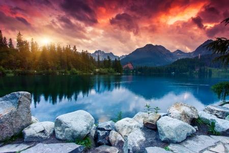 slovakia: Lago di montagna nel Parco Nazionale Alti Tatra Drammatica overcrast cielo Strbske Pleso, Slovacchia, Europa mondo di bellezza