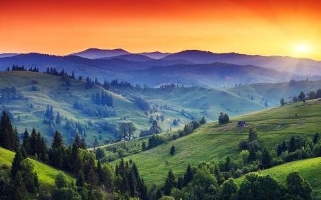 puesta de sol: Puesta del sol majestuosa en el paisaje de las monta�as. Cielo dram�tico. C�rpatos, Ucrania, Europa. Belleza mundo.