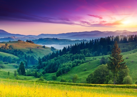 山の風景の中の雄大な夕日。カルパティア、ウクライナ、ヨーロッパ。美の世界です。