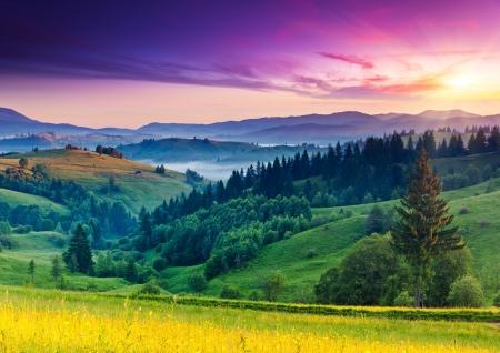 paisajes: Puesta del sol majestuosa en el paisaje de las monta�as. C�rpatos, Ucrania, Europa. Belleza mundo.