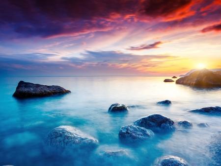 naturaleza: Verano majestuosa puesta de sol sobre el mar. Cielo nublado dramático. Crimea, Ucrania, Europa. Mundo de la belleza.