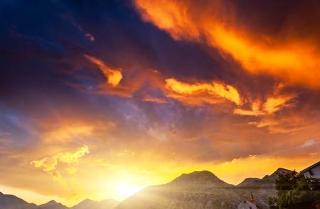 美しい自然の背景。カラフルな夕日。美の世界です。