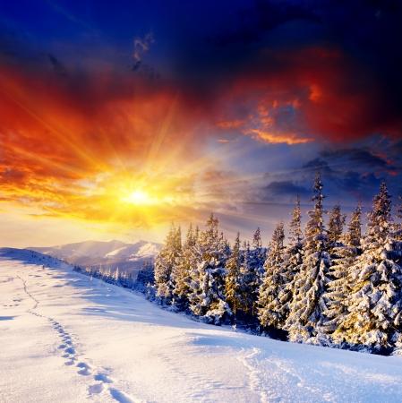 겨울 산 풍경에 장엄한 일몰. 극적인 하늘입니다.