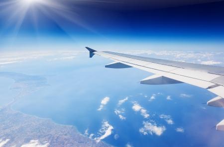 空には雲の上を飛んで飛行機の翼