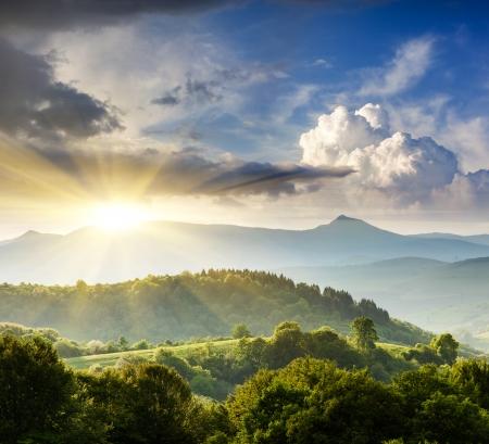 雲と朝空の下雄大な山の風景。嵐の前に曇天。カルパチア、ウクライナ、ヨーロッパ。