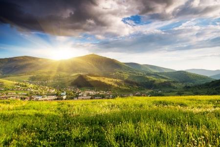 Majestätische Gebirgslandschaft unter Morgenhimmel mit Wolken. Bedeckter Himmel vor Sturm. Karpaten, Ukraine, Europa.