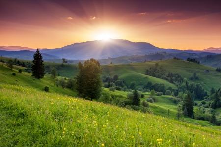 山の風景の中の雄大な夕日。カルパティア、ウクライナ。
