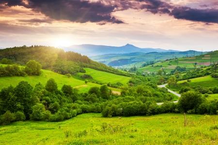 山の風景の中の雄大な夕日。嵐の前に、の曇り空。カルパティア、ウクライナ、ヨーロッパ。 写真素材
