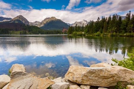 slovakia: Lago di montagna nel Parco Nazionale Alti Tatra. Strbske Pleso, Slovacchia, Europa. Mondo di bellezza.