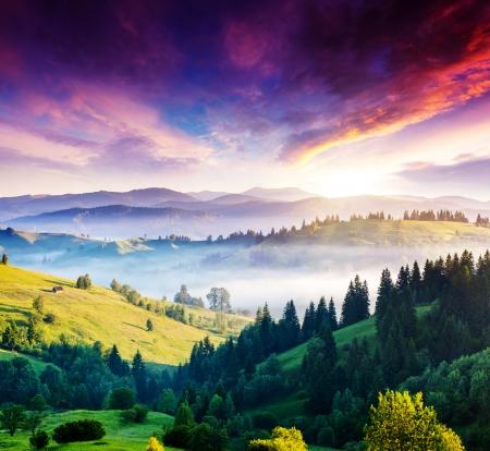 Paisaje majestuoso de la montaña con nubes de colores. Cielo nublado dramático. Cárpatos, Ucrania, Europa. Mundo de la belleza.