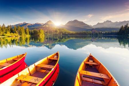 paesaggio: Lago di montagna nel Parco Nazionale Alti Tatra. Strbske Pleso, Slovacchia, Europa. Mondo di bellezza.