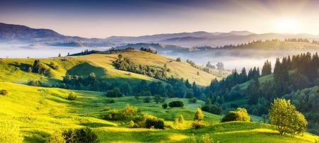 Majestuosa puesta de sol en el paisaje de las montañas. Cielo dramático. Cárpatos, Ucrania, Europa. Mundo de la belleza.