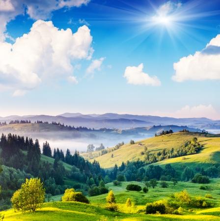 Hermoso día soleado en paisaje de montaña. Cárpatos, Ucrania, Europa. Belleza mundo. Foto de archivo