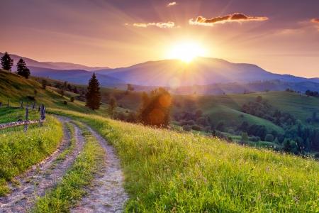 山の風景の中の雄大な夕日。カルパティア、ウクライナ、ヨーロッパ。