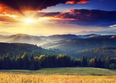 風景: 山の風景の雄大な夕日。劇的な空。カルパチア、ウクライナ、ヨーロッパ。