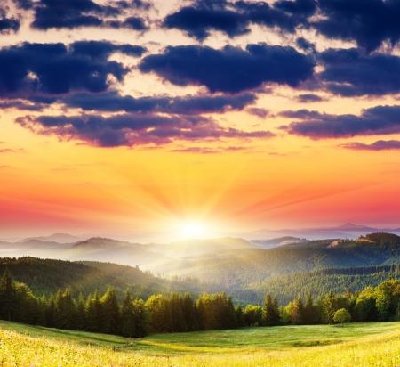 山の風景の中の雄大な夕日。劇的な空。カルパティア、ウクライナ、ヨーロッパ。 写真素材