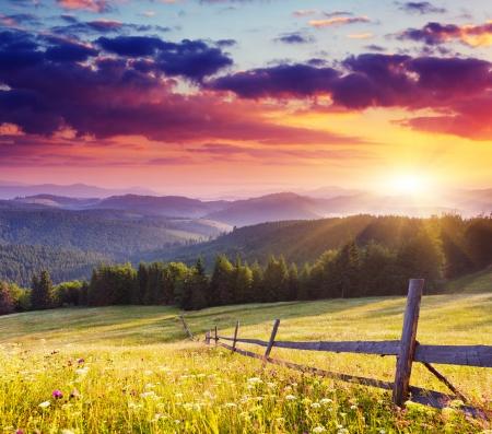Puesta de sol en el Majestic landscape.Carpathian monta?as, Ucrania. Foto de archivo - 22423889
