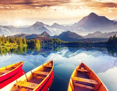 Día soleado fantástico se encuentra en el lago de montaña. Collage creativo. Mundo de la belleza.