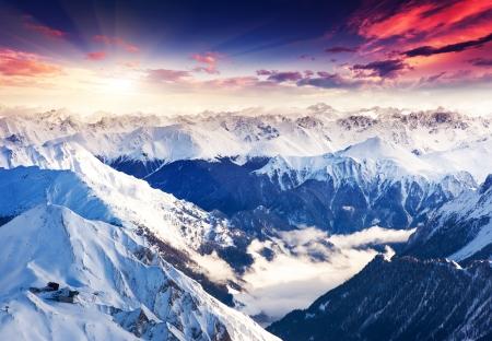 아침: 환상적인 저녁 겨울 풍경입니다. 다채로운 흐린 하늘. 오스트리아, 유럽. 미 (美)의 세계. 스톡 사진