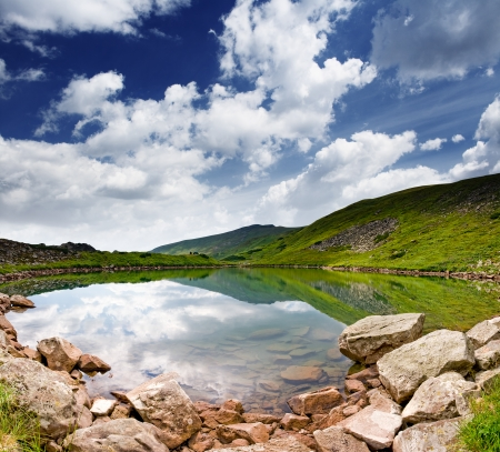 paisagem: Bela paisagem de montanhas ao longo de um lago calmo Imagens