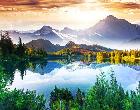 幻想的な晴れた日は山の湖で。創造的なコラージュ。美の世界です。 写真素材