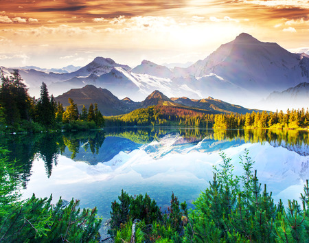 景觀: 夢幻般的陽光燦爛的日子是在高山湖泊。創意拼貼。美麗的世界。