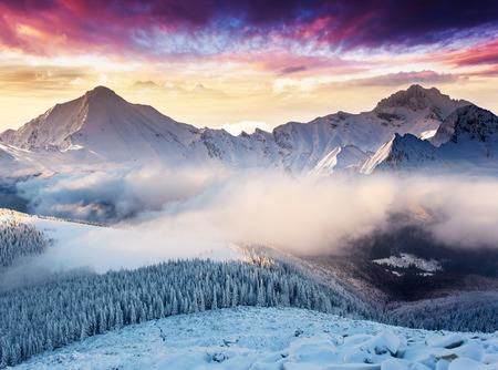 Fantastyczna wieczorny krajobraz w Alpach szwajcarskich. Kolorowe niebo zachmurzone. Europa. Piękno świata.