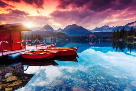 Rustige bergmeer in Nationaal Park Hoge Tatra. Dramatische bewolkte hemel. Strbske pleso, Slowakije, Europa. Beauty wereld.