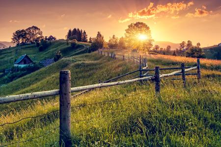 幻想的な朝の田園風景です。カラフルな空。カルパチア、ウクライナ、ヨーロッパ。美の世界。