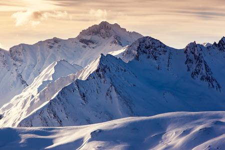 montañas nevadas: Noche fantástica paisaje de invierno. Cielo cubierto de colores. Austria, Europa. Mundo de la belleza. Foto de archivo