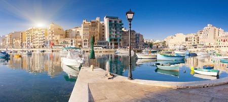 urban colors: Fantástico paisaje de la ciudad al lado del mar con los barcos. Malta, Europa Foto de archivo
